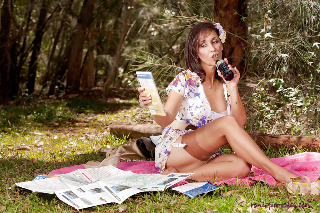 Дамочка в летнем платье раздевается в тени дерева на берегу реки 7 фото