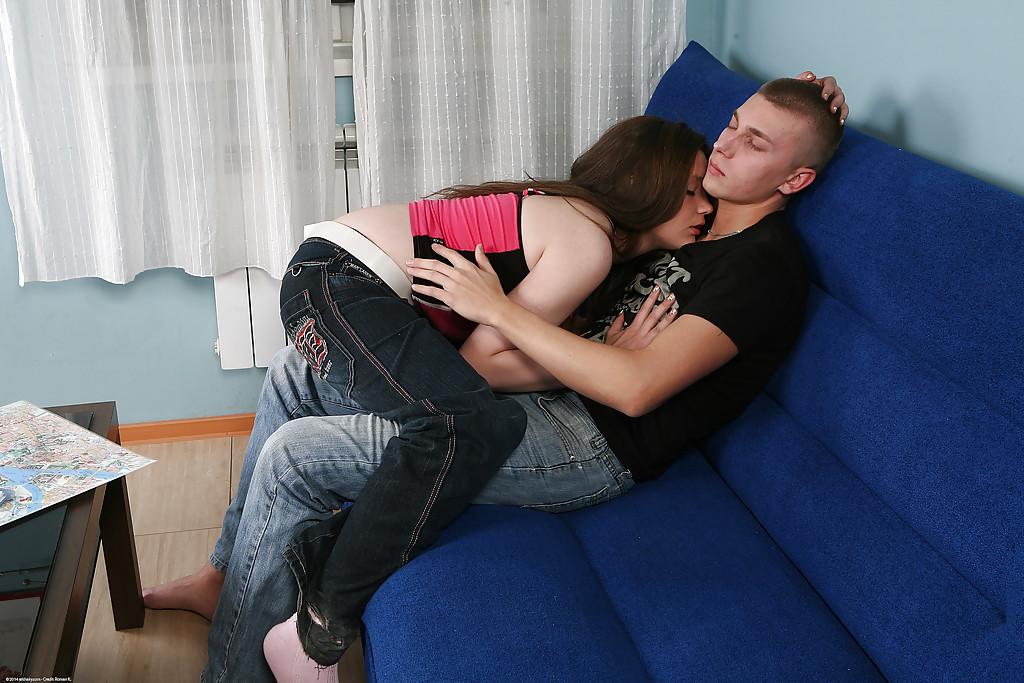 Толстушка с небритой киской трахается с бойфрендом на синем диване 1 фото