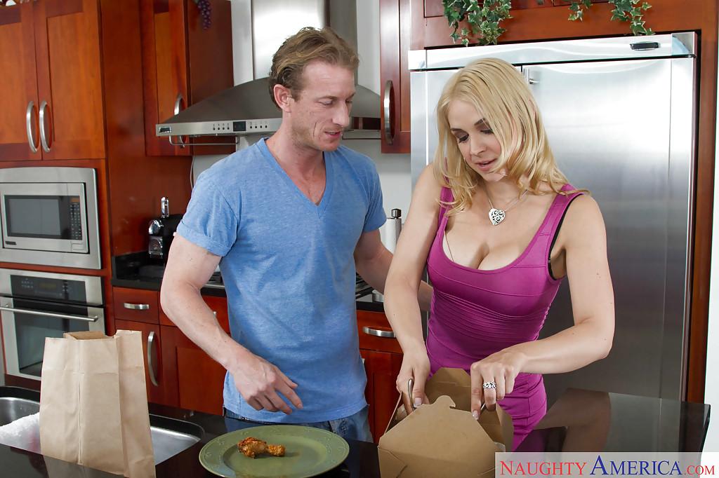Грудастая домохозяйка Sarah Vandella трахается с любовником на кухне 2 фото