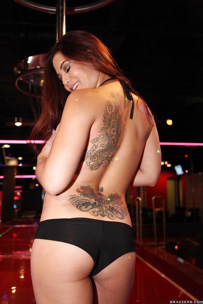 Татуированная стриптизерша Ryder Skye раздевается в пустом стрипбаре 3 фото