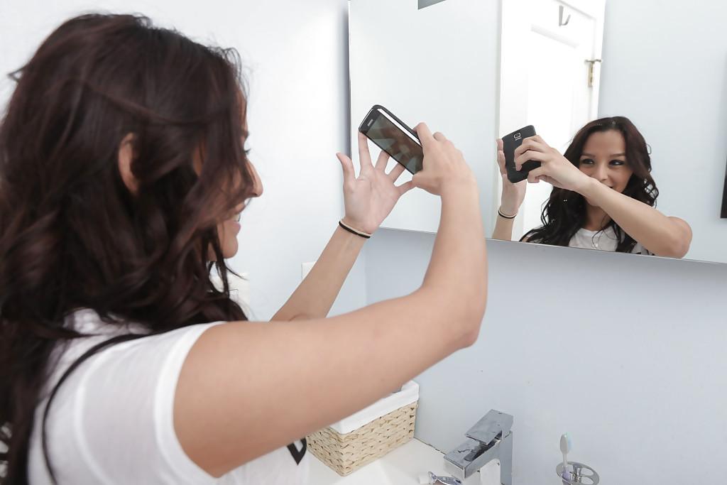 Молодая латинка Nicki Ortega раздевается в ванной 1 фото