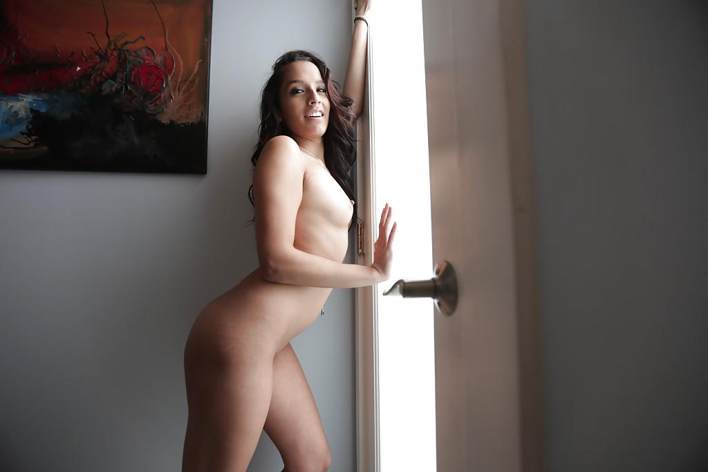 Молодая латинка Nicki Ortega раздевается в ванной 14 фото