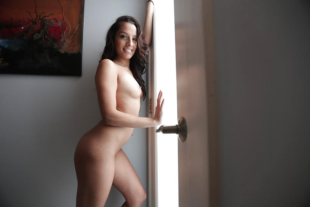 Молодая латинка Nicki Ortega раздевается в ванной 15 фото