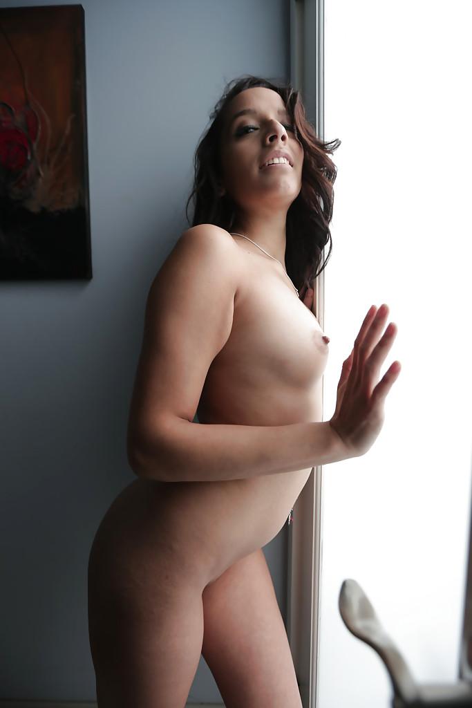 Молодая латинка Nicki Ortega раздевается в ванной 16 фото