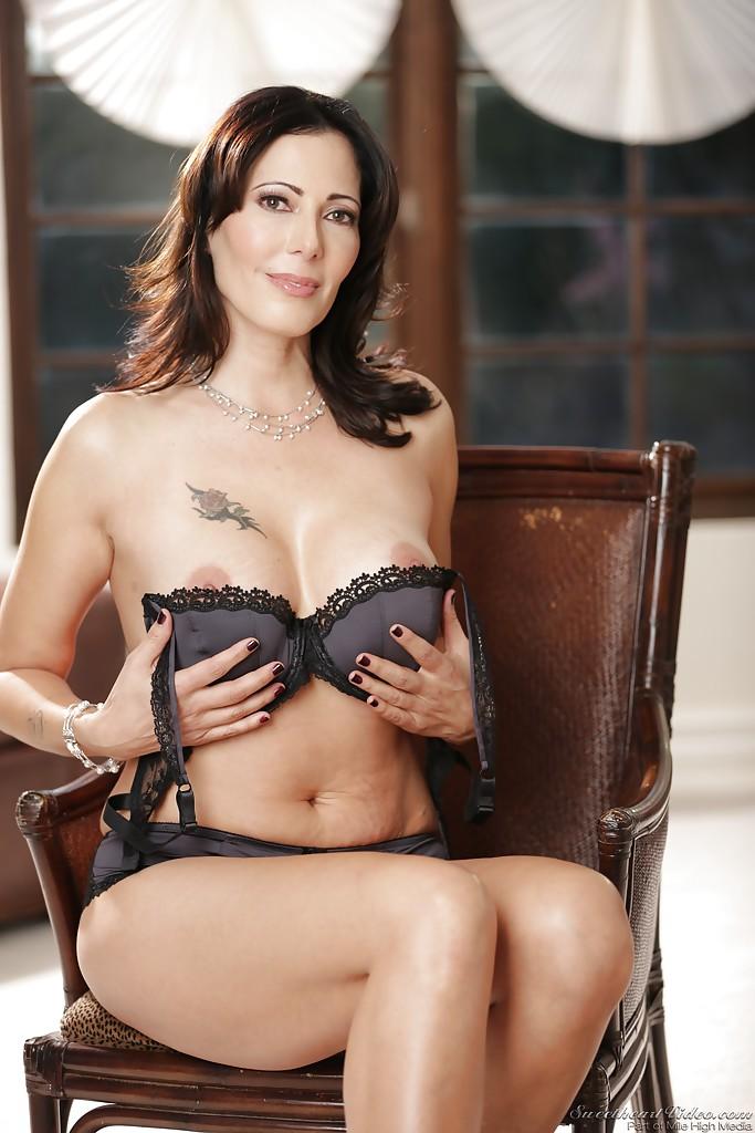 Брюнетка Zoey Holloway устраивает стриптиз сидя в кресле 4 фото