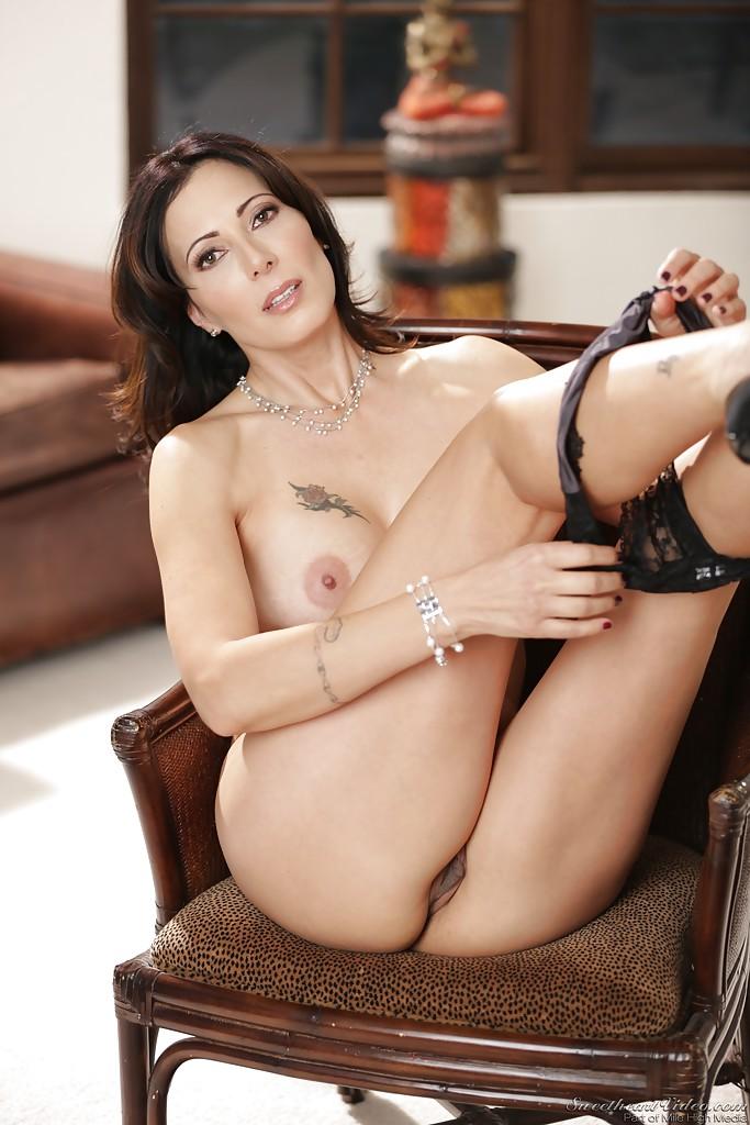 Брюнетка Zoey Holloway устраивает стриптиз сидя в кресле 8 фото