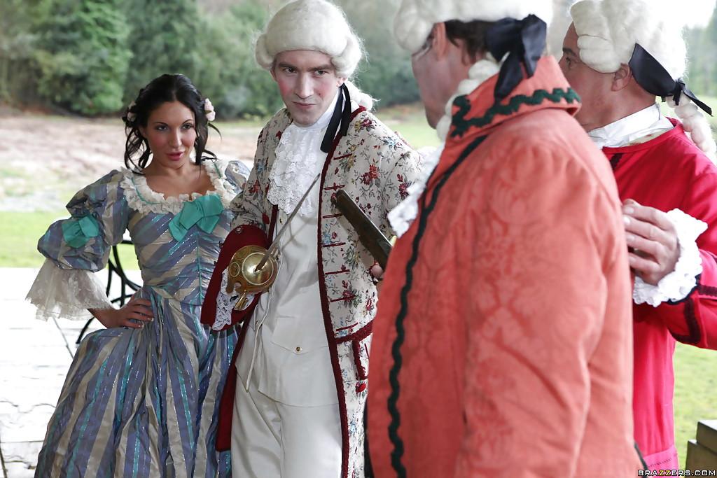 Мужик с дамой одетые в костюмы 19-го века трахаются на стуле 1 фото
