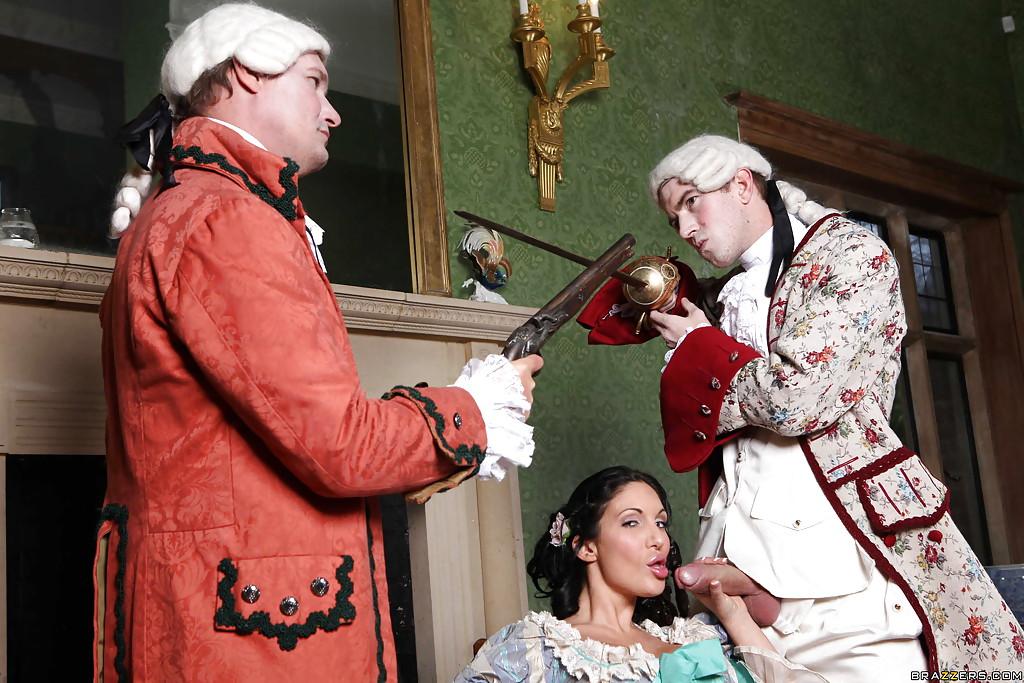 Мужик с дамой одетые в костюмы 19-го века трахаются на стуле 2 фото
