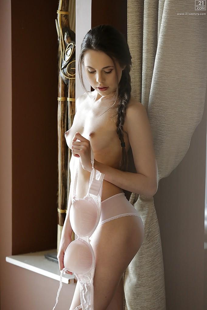 Милая славянка с косой ковыряет пальчиком в письке на полу 6 фото