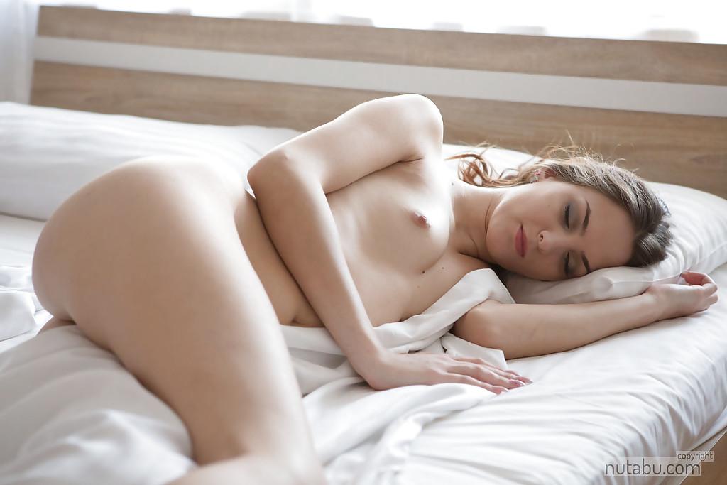 Худая малышка красуется татуированной пилоткой в спальне 1 фото
