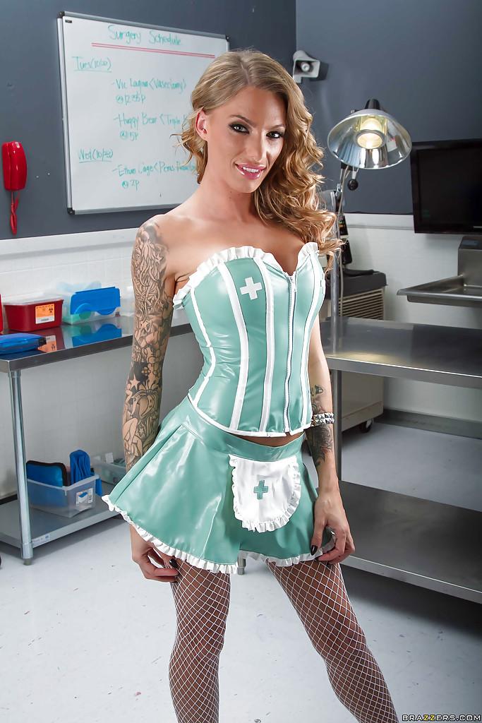 Латинская медсестра Juelz Ventura раздевается в кабинете до чулок 2 фото