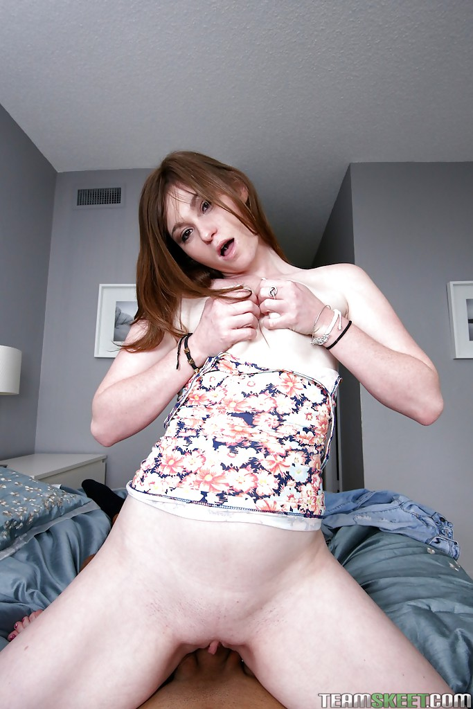 Молодая деваха сосет большой член и трахается с партнером 10 фото