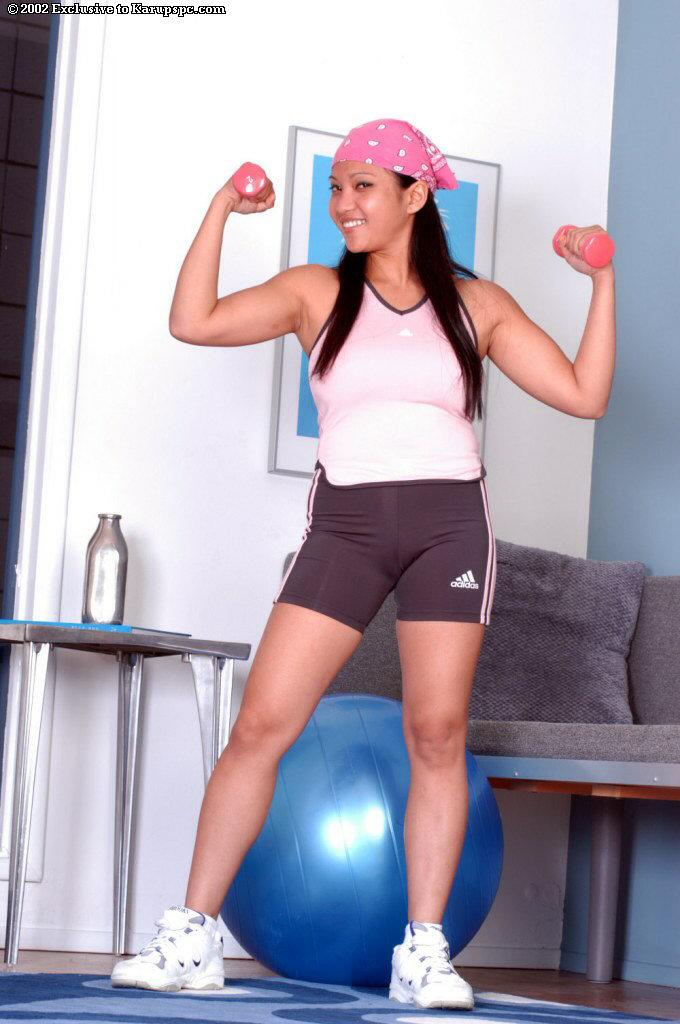 Азиатская спортсменка занимается дома спортом голышом 2 фото