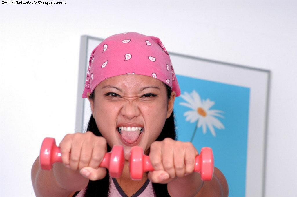 Азиатская спортсменка занимается дома спортом голышом 3 фото
