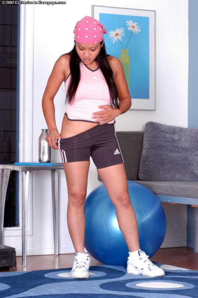 Азиатская спортсменка занимается дома спортом голышом 4 фото