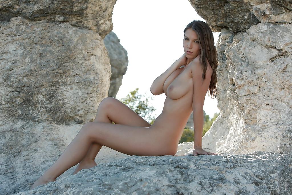 Стройная чешка голышом на фоне каменного свода 10 фото