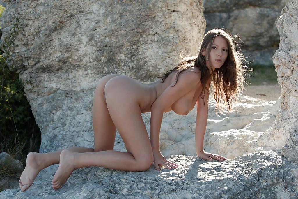 Стройная чешка голышом на фоне каменного свода 11 фото