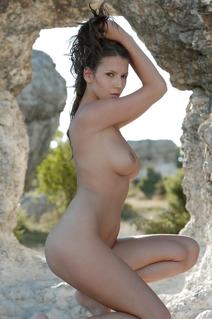 Стройная чешка голышом на фоне каменного свода 13 фото