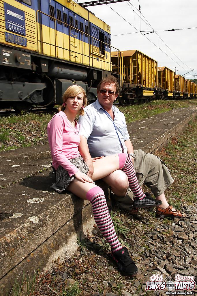 Пузатый мужик трахает восемнадцатилетку в чулках возле железной дороги 6 фото