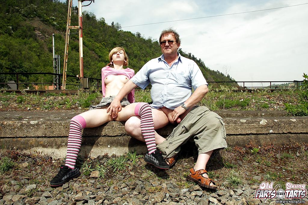 Пузатый мужик трахает восемнадцатилетку в чулках возле железной дороги 7 фото