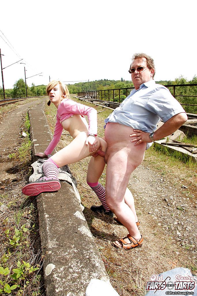 Пузатый мужик трахает восемнадцатилетку в чулках возле железной дороги 11 фото