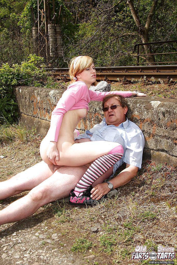 Пузатый мужик трахает восемнадцатилетку в чулках возле железной дороги 12 фото