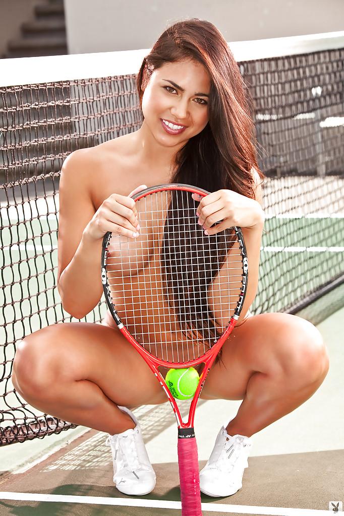 Красивая теннисистка Katelyn Laney раздевается догола на корте 12 фото