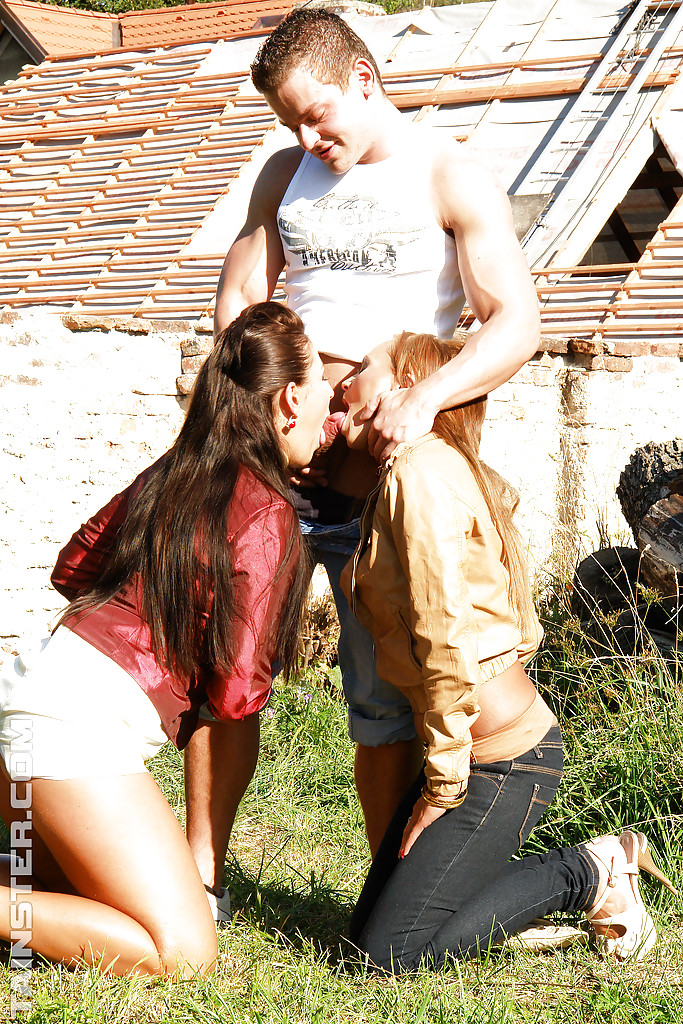 2 девахи трахаются с парнем во дворе у лежанки дров 2 фото