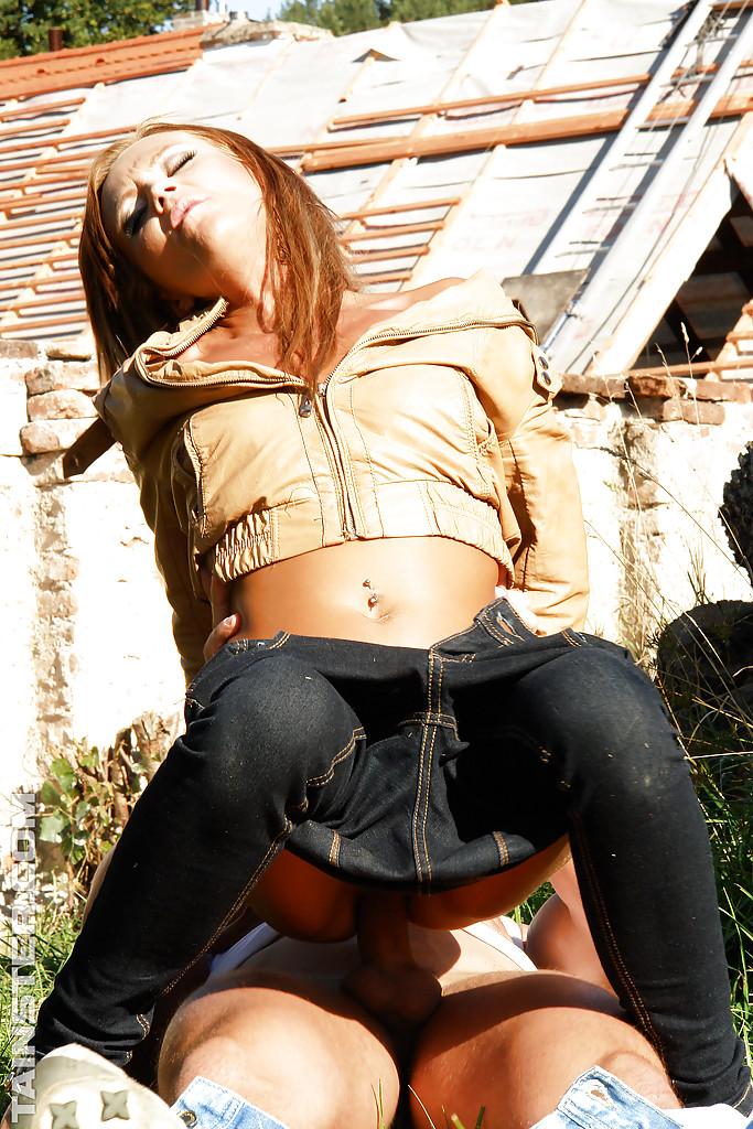 2 девахи трахаются с парнем во дворе у лежанки дров 4 фото