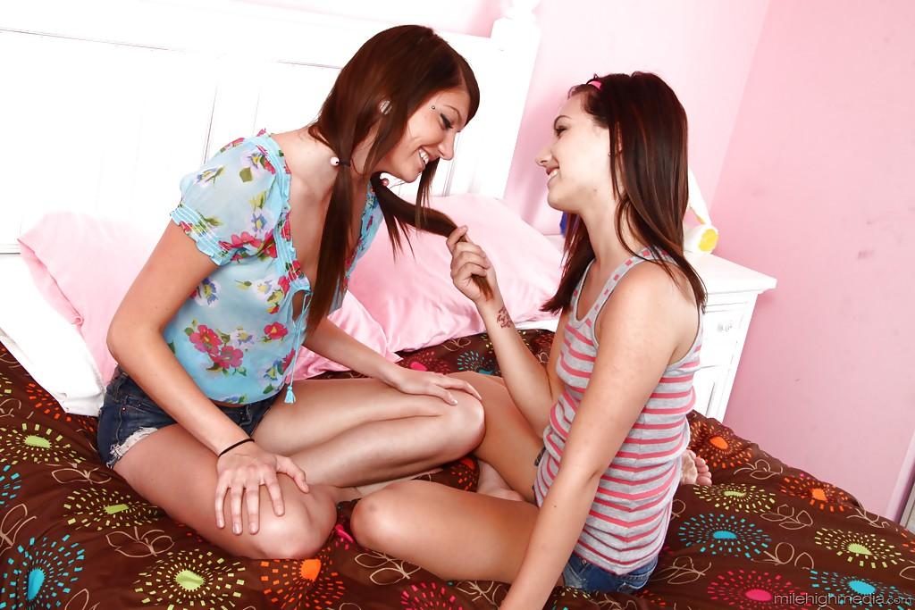 Лесбиянки Cassandra Nix и Mary Jane Johnson вылизывают киски друг другу 1 фото