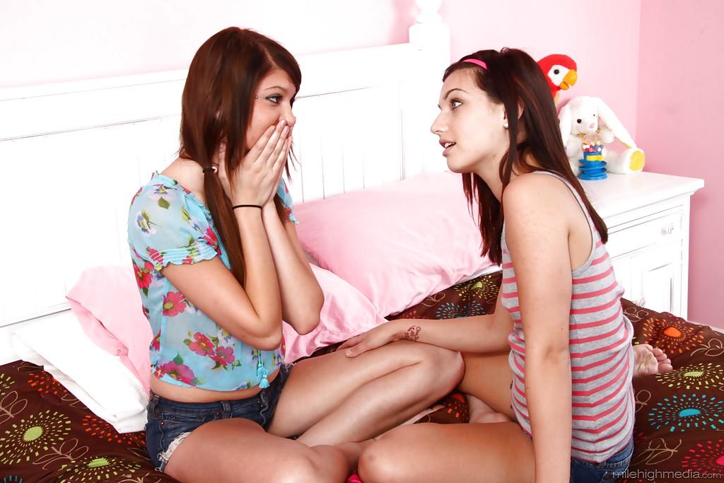 Лесбиянки Cassandra Nix и Mary Jane Johnson вылизывают киски друг другу 2 фото