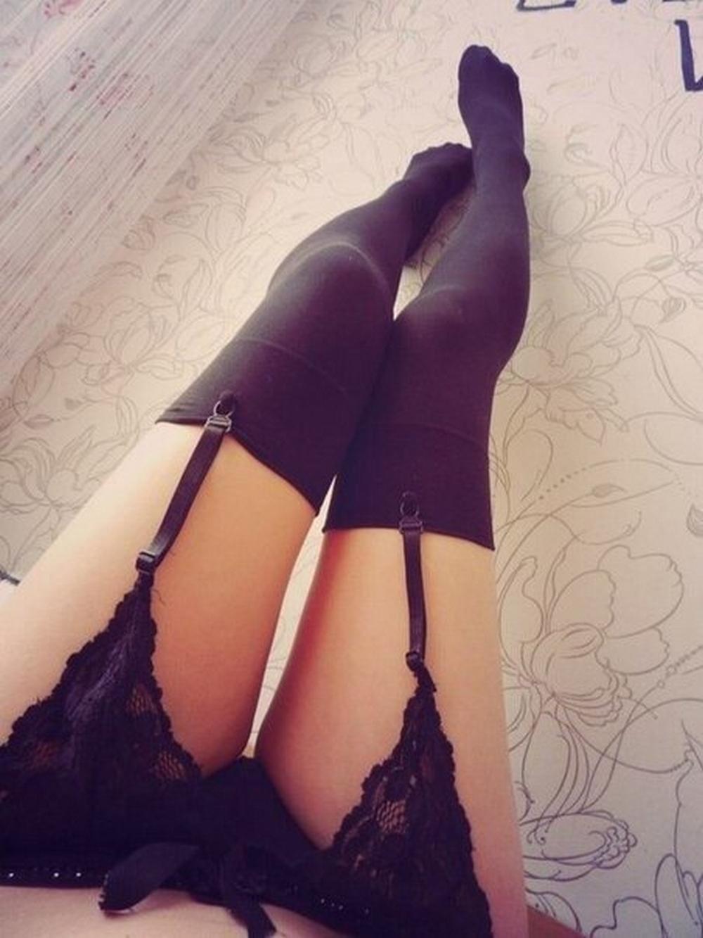 Женские трусики и стройные ножки с видом от первого лица 14 фото