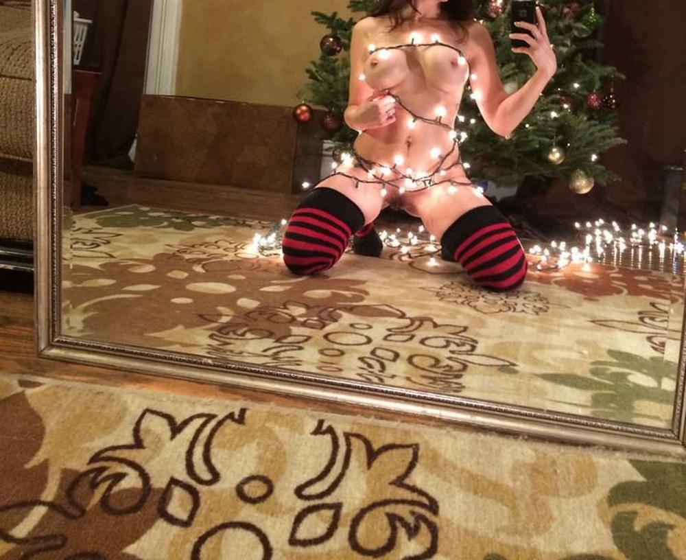 Дамочка в полосатых чулках селфится голышом у елки 2 фото