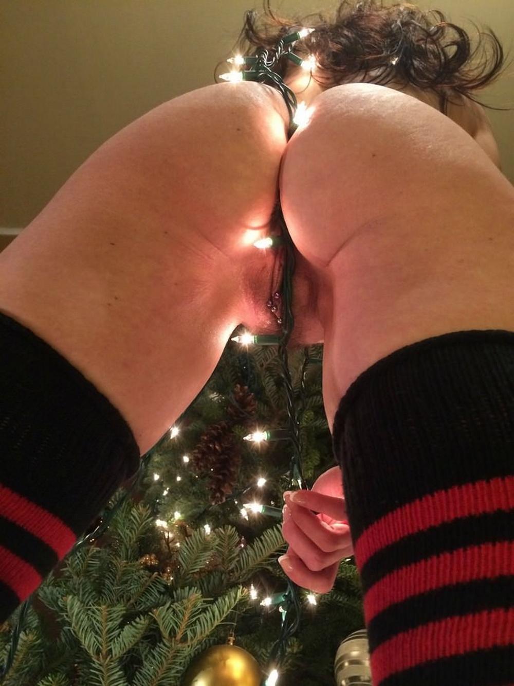 Дамочка в полосатых чулках селфится голышом у елки 9 фото