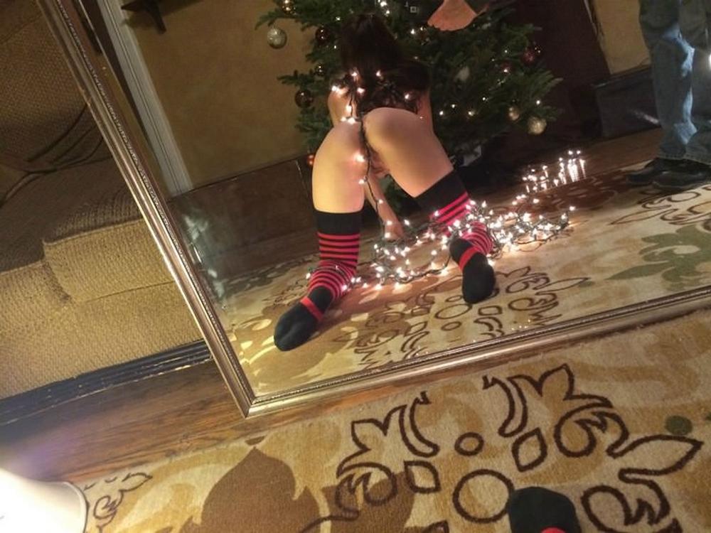 Дамочка в полосатых чулках селфится голышом у елки 22 фото