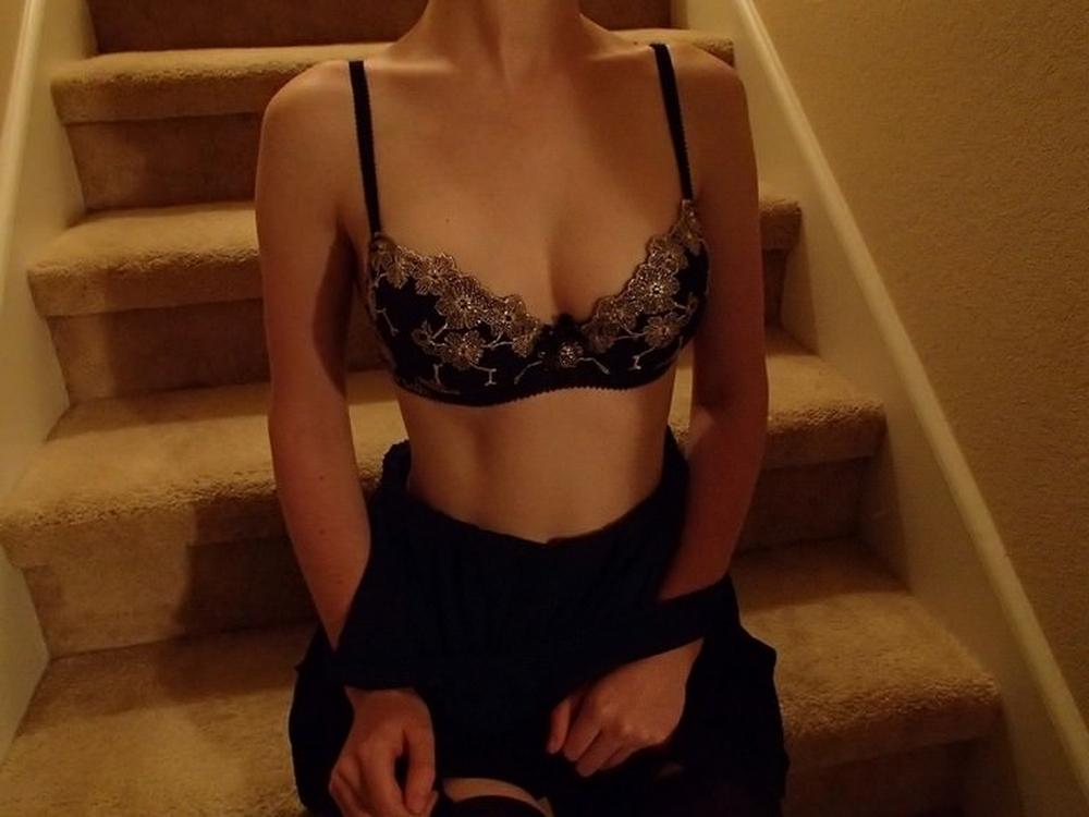 Грудастая малышка раздевается на лестнице перед спальней 6 фото