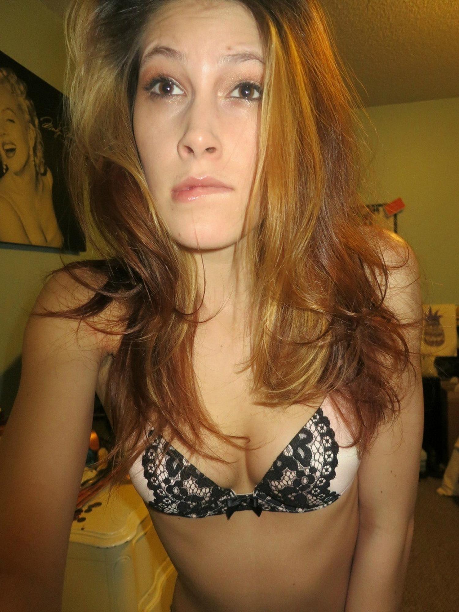 Худощавая милашка селфит свой стриптиз в спальне 11 фото