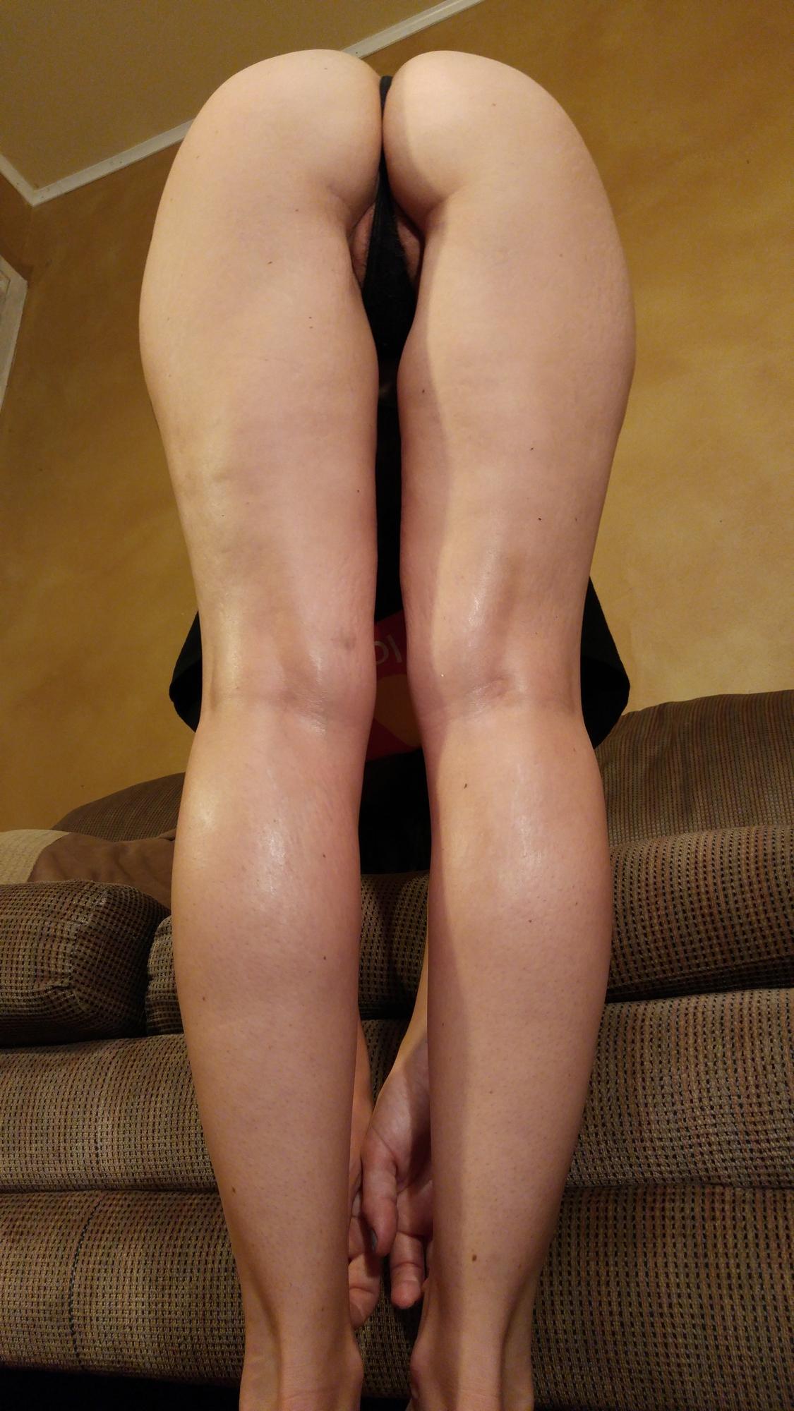 Грудастая спортсменка с пирсингом в клиторе раздевается на диване 4 фото