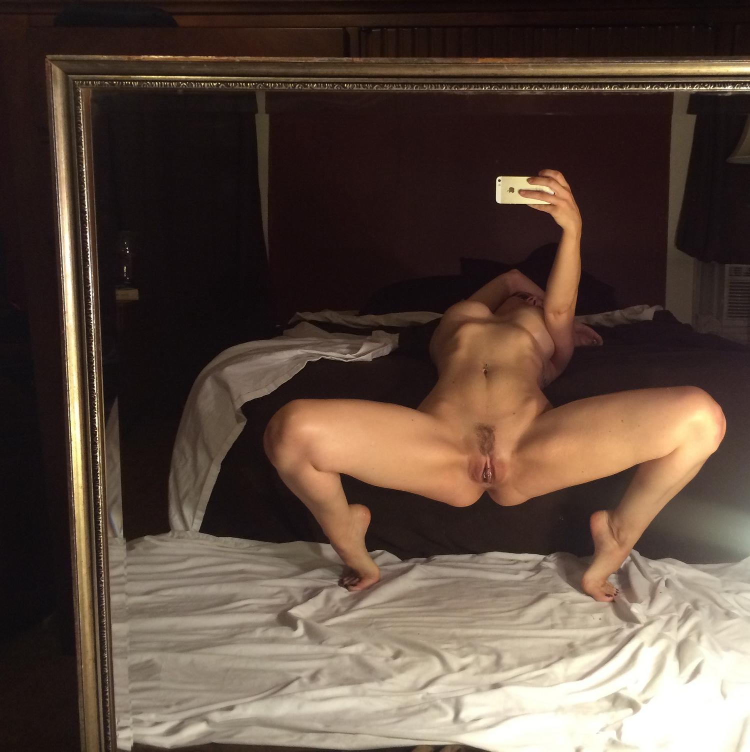 Облитая маслом спортсменка селфится на диване 14 фото