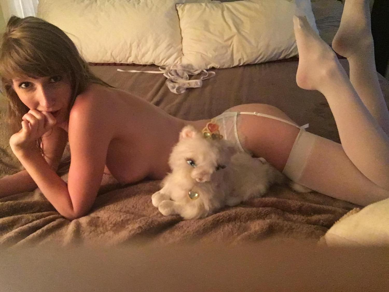 Милашка Alice Anne мастурбирует игрушками на кровати 10 фото