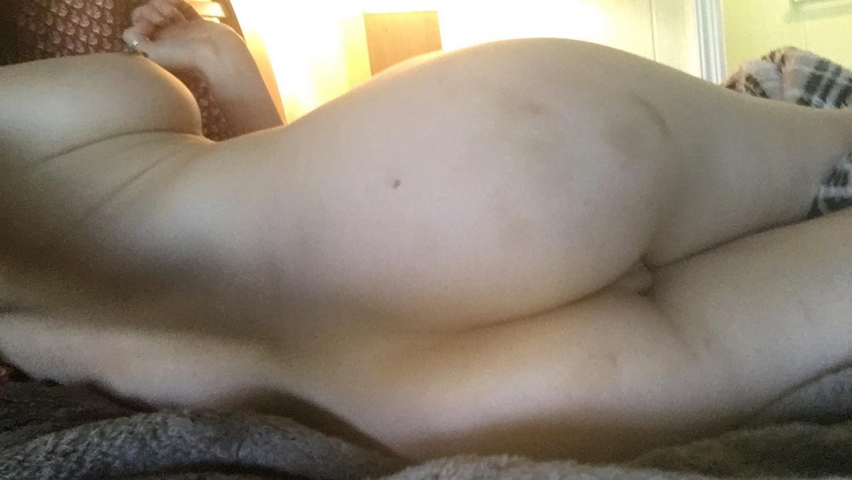 Милашка Alice Anne мастурбирует игрушками на кровати 15 фото