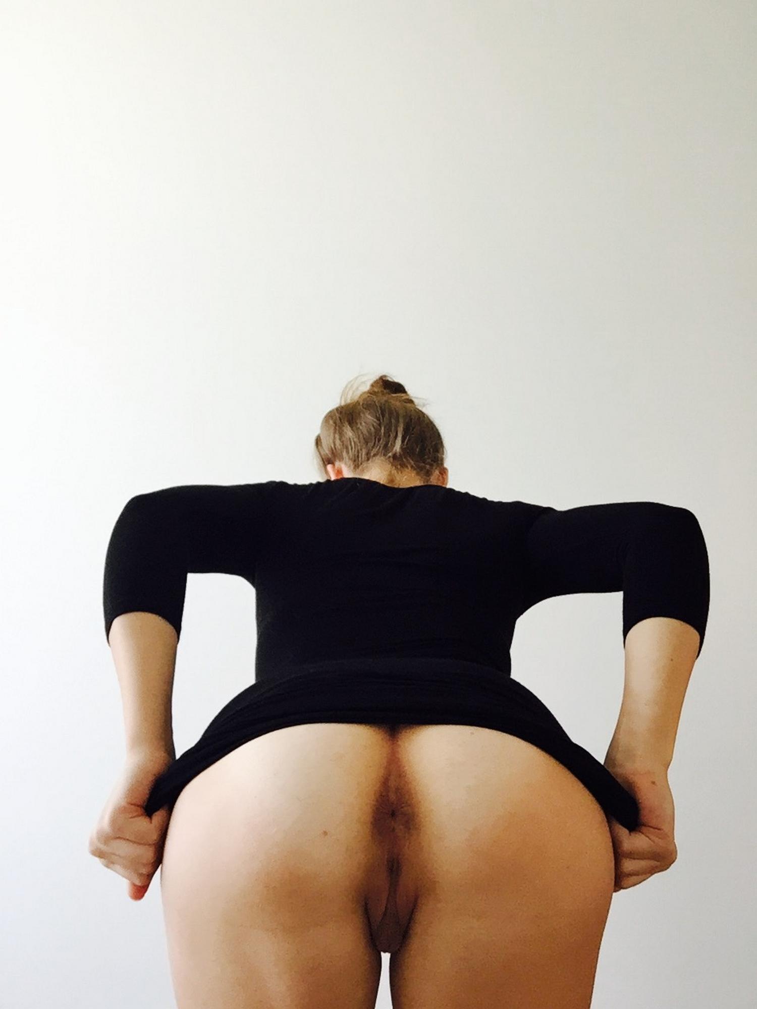 Загорелая блогерша делится домашней обнаженкой 9 фото