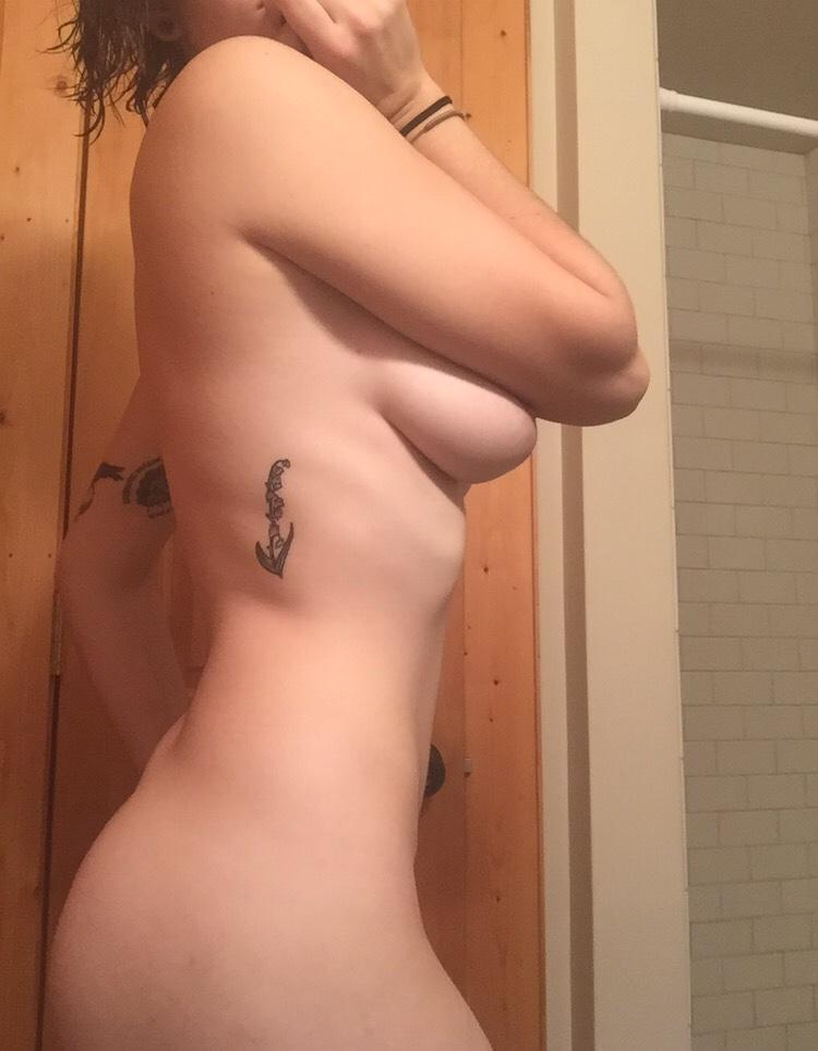 Татуированная красотка выложила в сеть свое НЮ и минет бойфренду 17 фото