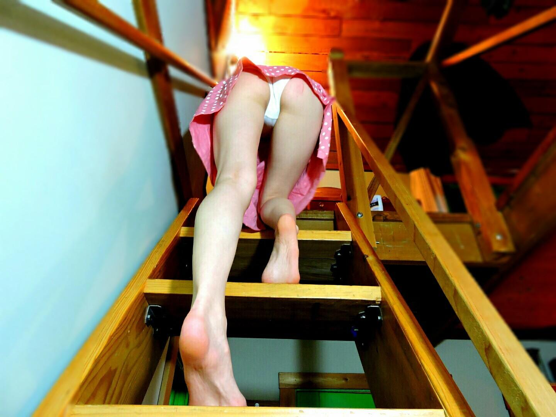 Худощавая брюнетка селфится голышом в зеркале своей спальни 10 фото