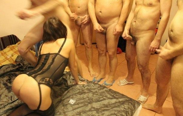 30-летнюю даму поимело во все дыры несколько мужиков в отеле 7 фото