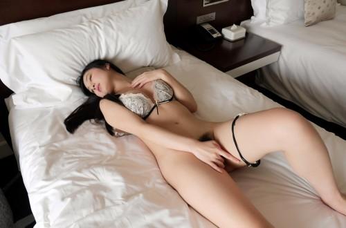 Японские пошлячки с небритыми кисками дома голышом 9 фото