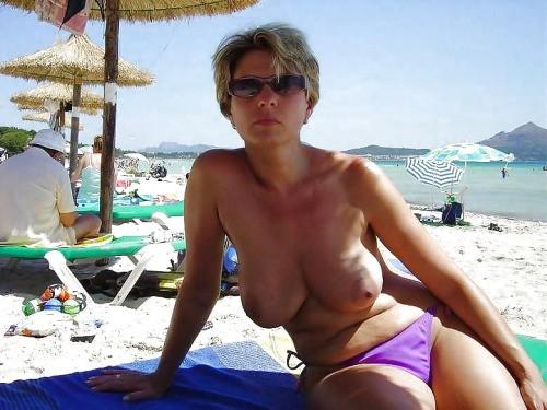 Обнаженные жены с большими сиськами дома и на пляже 2 фото