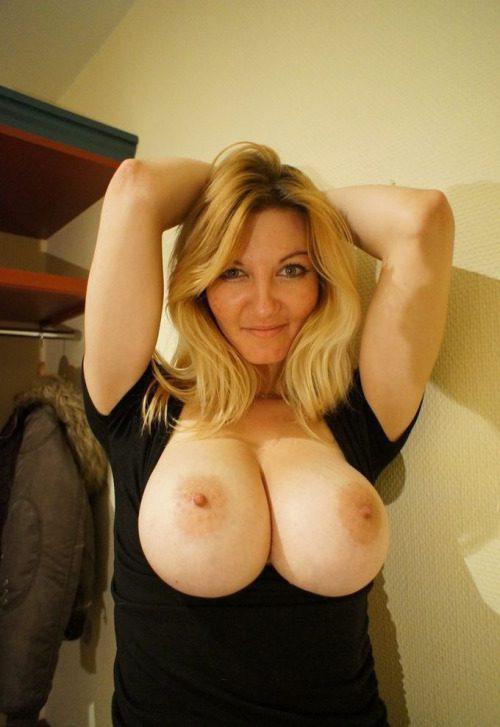 Дамочки выставили на обозрение в сети свои голые титьки 10 фото