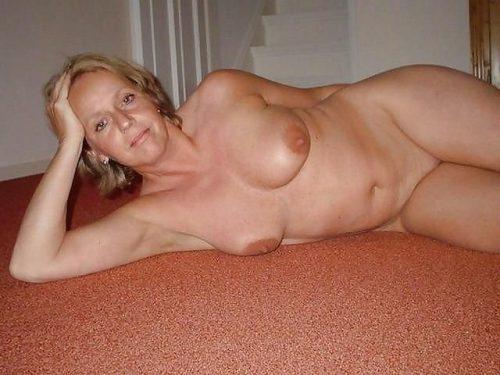35 летние дамочки с сиськами находятся голышом дома 4 фото