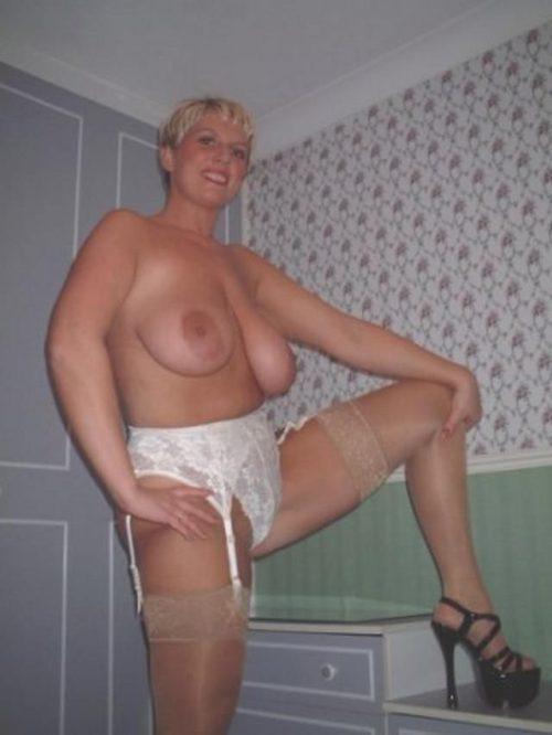 35 летние дамочки с сиськами находятся голышом дома 8 фото
